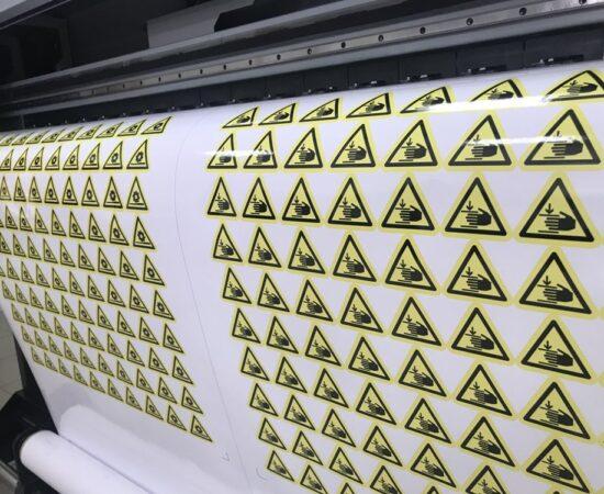 Широкоформатная печать на клеек