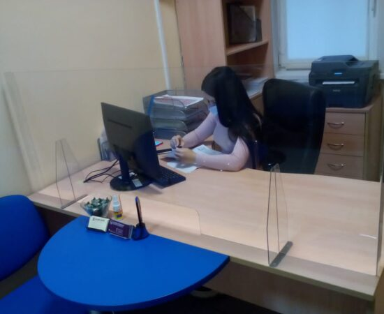 Защитный экран в офисе